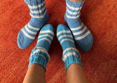 Blaue Socken mit weissen Streifen | Stricken |Beeja strickt