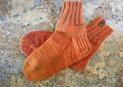 Orange Socken | Stricken | Beeja strickt