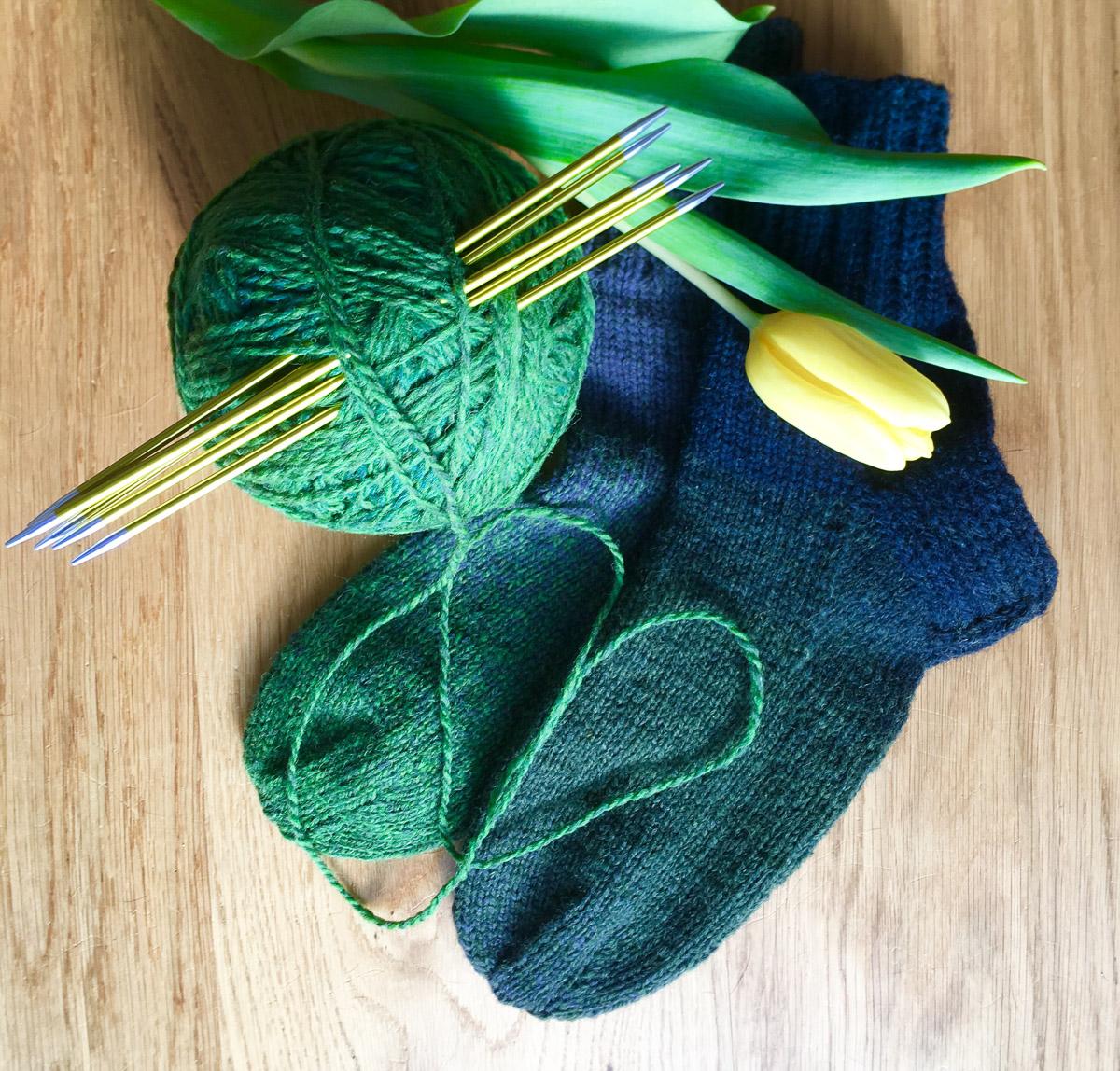 Blau-grüne Socken mit Verlauf | Stricken | Beeja strickt