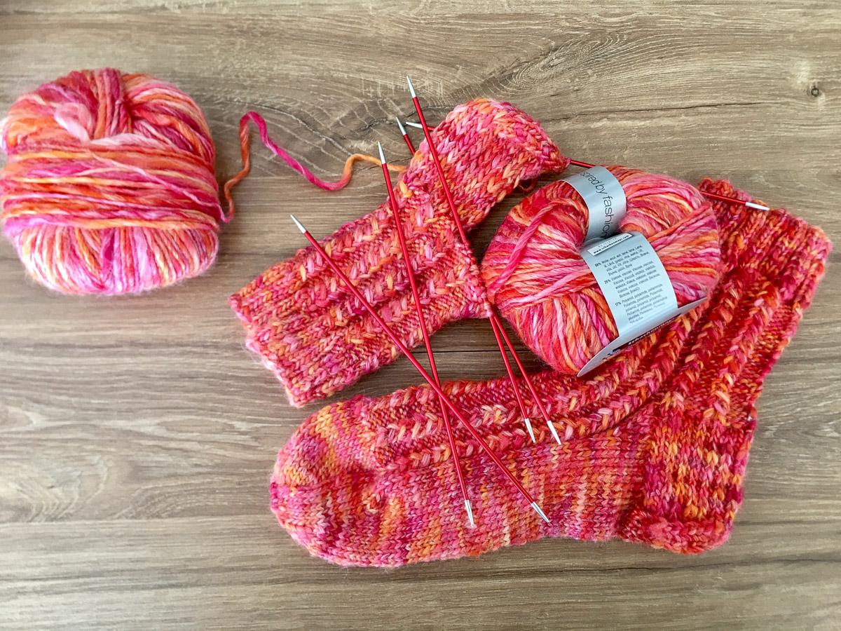 Bunte Wollsocken in roten Farben | Stricken |Beeja strickt