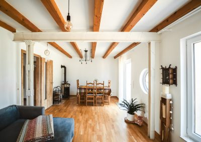 Wohnzimmer – Kamin & Essbereich | FeWo HERZENSLUST | Ostsee Ferienwohnungen in Büttelkow